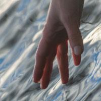 viser lille hånd der rækker ned til vandet